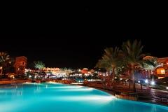豪华热带加勒比手段的游泳池在晚上 库存照片