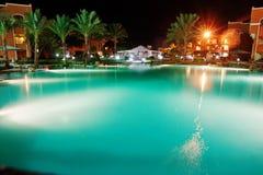 豪华热带加勒比手段的游泳池在晚上 库存图片