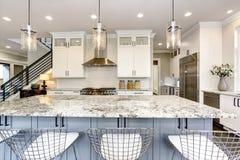 豪华现代家庭内部的美丽的厨房与海岛 免版税库存图片