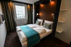 豪华现代旅馆客房内部  免版税库存图片