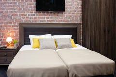 豪华现代样式卧室,旅馆卧室的内部,缓冲特写镜头 免版税图库摄影