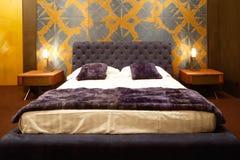 豪华现代样式卧室,旅馆卧室的内部,缓冲特写镜头 免版税库存照片