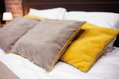 豪华现代样式卧室,旅馆卧室的内部 免版税库存照片