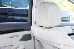豪华现代汽车的白革内部 皮革舒适的白色位子和多媒体 专属木头和金属 库存图片