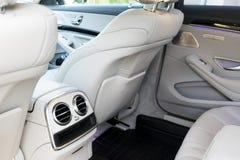 豪华现代汽车的白革内部 皮革舒适的白色位子和多媒体 专属木头和金属 免版税库存图片