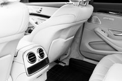 豪华现代汽车的白革内部 皮革舒适的白色位子和多媒体 专属木头和金属decorati 库存图片