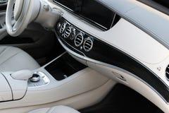 豪华现代汽车的白革内部 皮革舒适的白色位子和多媒体 方向盘和仪表板 免版税库存照片