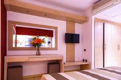 豪华现代旅馆客房内部细节 镜子和花瓶在桌上的花 免版税图库摄影