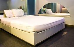 豪华现代旅馆客房 免版税库存图片
