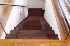 豪华现代木楼梯在现代房子里 库存图片
