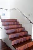 豪华现代木楼梯在现代房子里 库存照片