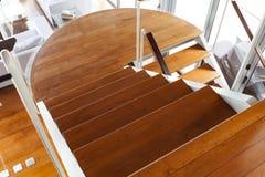 豪华现代木楼梯在现代房子里 免版税图库摄影