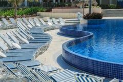 豪华现代热带弯曲的游泳池 库存图片