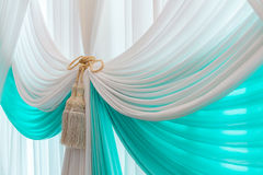 豪华甜白色和蓝色帷幕和缨子 免版税图库摄影