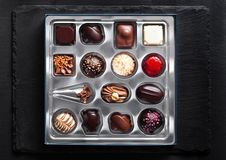 豪华白色和黑暗的巧克力糖品种 免版税库存照片