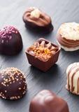 豪华白色和黑暗的巧克力糖品种 库存图片
