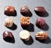 豪华白色和黑暗的巧克力糖品种 免版税库存图片