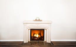 豪华白色大理石壁炉和空的墙壁 库存图片