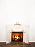 豪华白色大理石壁炉和空的墙壁 免版税库存照片