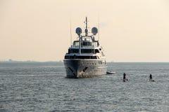 豪华白色巡航游艇在马尔代夫海洋和有serfer的serfing的委员会对此 免版税图库摄影