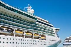 豪华白色游轮靠码头在蓝天下 库存照片