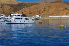 豪华白色马达游艇在反对独特的Ras默罕默德自然的老珊瑚礁蓝天的红海  免版税库存图片
