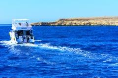 豪华白色马达游艇在反对独特的Ras默罕默德自然的老珊瑚礁蓝天的红海  库存照片