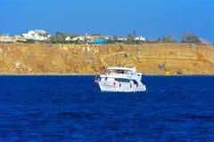 豪华白色马达游艇在反对独特的Ras默罕默德自然的老珊瑚礁蓝天的红海  库存图片
