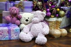 豪华的玩具熊在圣诞树下以礼物和惊奇 免版税库存照片