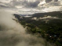 豪华的绿色雨林山的鸟瞰图 图库摄影