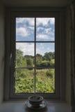 豪华的绿色乡下看法通过窗口 免版税库存图片