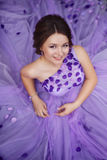 豪华的紫色礼服的俏丽的女孩 免版税库存照片