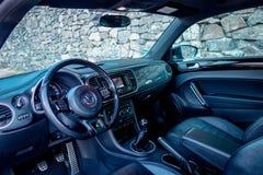 豪华皮革小轿车汽车内部,体育方向盘,碳标签,大屏幕显示,测量仪,挡风玻璃,小轿车跑车 免版税图库摄影