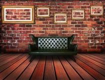 豪华皮革沙发在葡萄酒屋子里 免版税库存图片