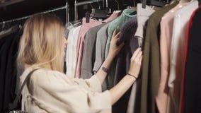 豪华精品店的时髦的妇女 股票视频
