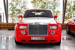 豪华罗斯劳艾氏汽车是近的旅馆 免版税库存图片
