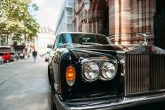 豪华罗斯劳艾氏葡萄酒大型高级轿车汽车在城市 免版税库存照片