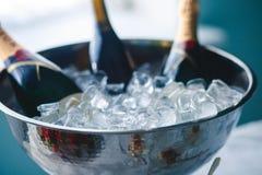 豪华美妙地装饰了承办酒席宴会桌用黑和红色鱼子酱和不同的食物快餐,在党 库存图片