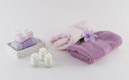 豪华肥皂、毛巾和蜡烛 免版税库存照片
