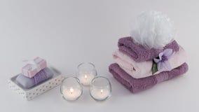 豪华肥皂和毛巾与蜡烛 免版税库存照片