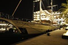 豪华航行游艇在晚上 免版税库存照片