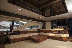 豪华船内部,舒适的风船客舱、昂贵的木设计和软的白色沙发的图象里面在游艇, holida 免版税库存照片
