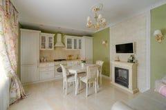 豪华艺术装饰经典奶油色绿色厨房内部 免版税库存图片