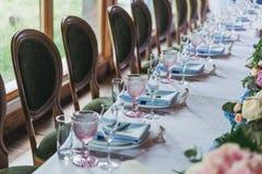 豪华装饰了婚姻的桌 免版税库存图片