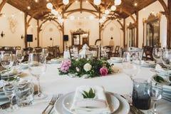 豪华装饰了白色和棕色口气的晚餐大厅 库存图片