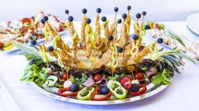 豪华装饰的承办的宴会桌用另外食物s 库存图片
