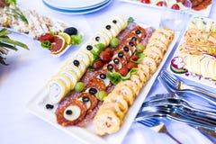 豪华装饰的承办的宴会桌用另外食物s 免版税库存图片