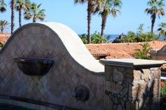 豪华西班牙样式水池极可意浴缸热与豪华水特点喷泉在华美的别墅有海景在Los Cabos墨西哥 免版税库存照片
