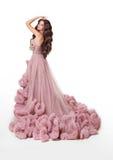 豪华豪华的桃红色礼服的美丽的夫人 深色的方式发型构成妇女 免版税库存图片