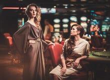 豪华赌博娱乐场内部的美丽的妇女 免版税图库摄影